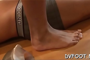 Dude enjoys his undignified fetisj by lickng sexy babe'_s feet